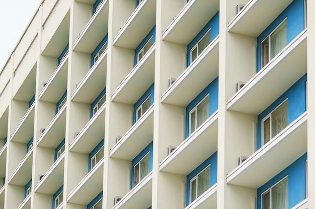 Teil eines modernen mehrstöckigen bürogebäudes mit balkonen Premium Fotos