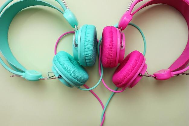 Teile der pink- und türkisfarbenen kopfhörer befinden sich in der nähe. Premium Fotos
