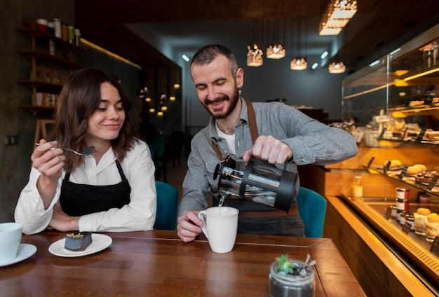 Teilhaber der vorderansicht, die kaffee trinken Kostenlose Fotos