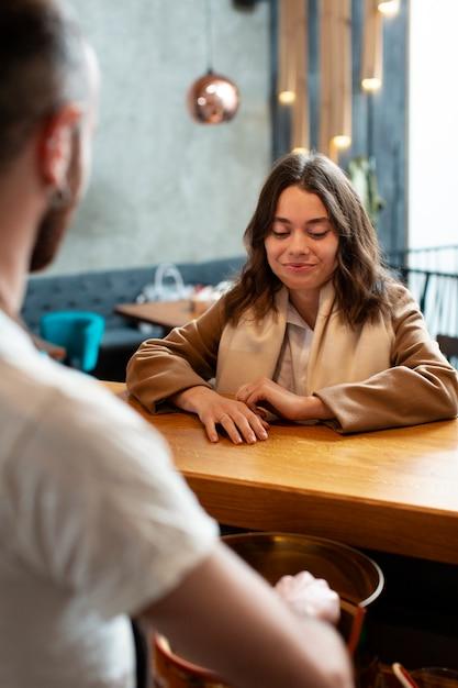 Teilhaber, die an der kaffeestube sich besprechen Kostenlose Fotos