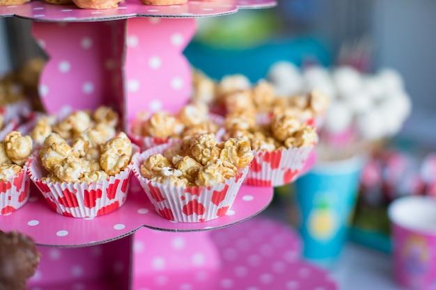Teilpopcorn auf kinderparty auf süßspeisetabelle Premium Fotos