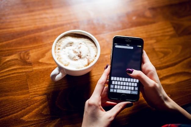 Telefon hölzerner becher heißer kaffee Kostenlose Fotos