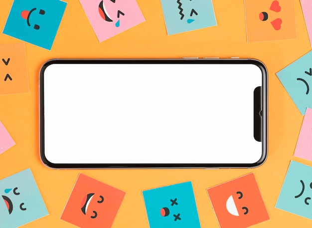 Telefon und lächelnde gesichter auf gelbem hintergrund Kostenlose Fotos