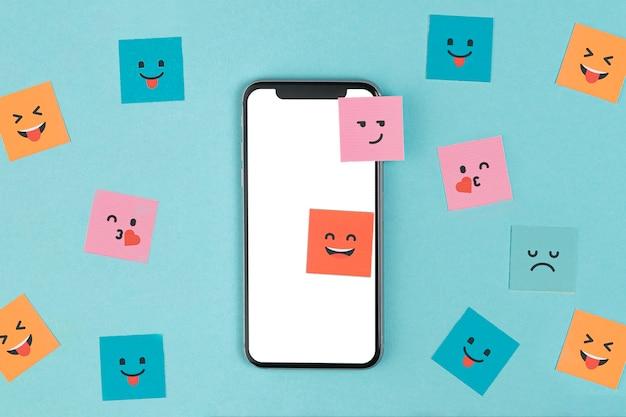Telefon verspotten oben auf blauem hintergrund Kostenlose Fotos