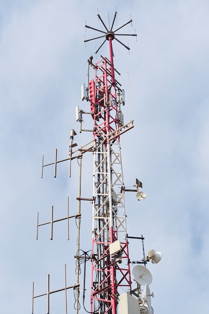 Telekommunikationsantennen mit blauem himmel Premium Fotos