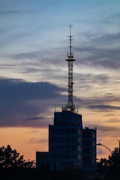 Telekommunikationsturmstation bei sonnenuntergang Premium Fotos