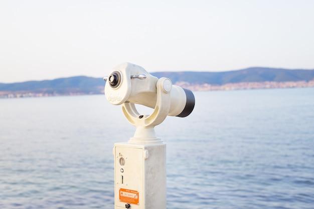 Teleskop auf dem seesommer, sonne, seestrand Premium Fotos
