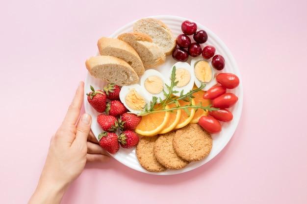 Teller mit gemüse und obst zum frühstück Kostenlose Fotos