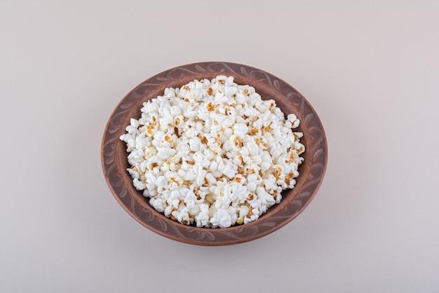 Teller mit gesalzenem popcorn für filmabend auf weißer oberfläche. hochwertiges foto Kostenlose Fotos