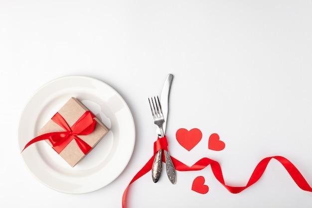 Teller mit geschenk und besteck mit bürokratie gebunden Premium Fotos