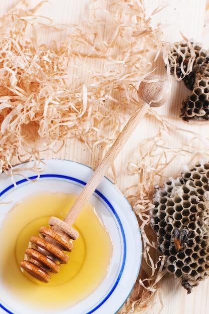 Teller mit honig mit waben Premium Fotos