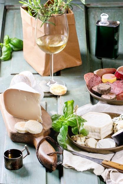 Teller mit käse und wurst Premium Fotos
