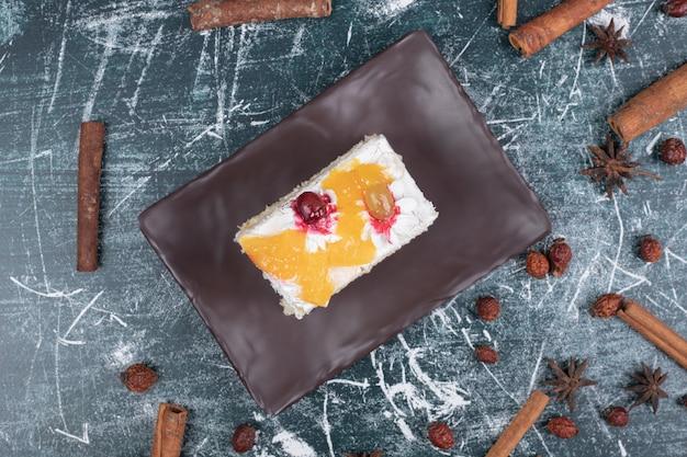 Teller mit kuchen, zimt und kaffeebohnen auf marmorhintergrund. hochwertiges foto Kostenlose Fotos