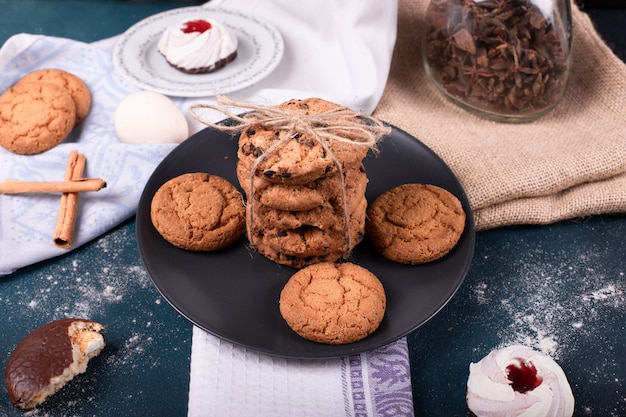 Teller mit süßigkeiten und zwei kuchen und keksen mit zimt Kostenlose Fotos