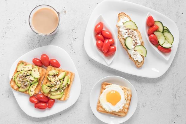 Teller mit toast und gemüse und kaffee Kostenlose Fotos