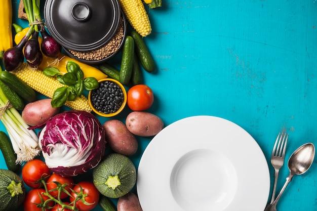 Teller und frisches gemüse Kostenlose Fotos
