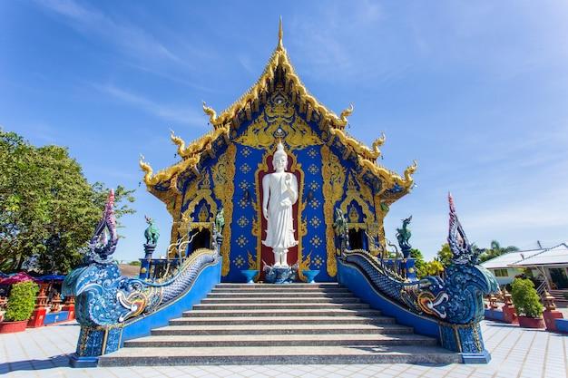 Tempel rong sua ten mit hintergrund des blauen himmels, chiang rai province, thailand Premium Fotos