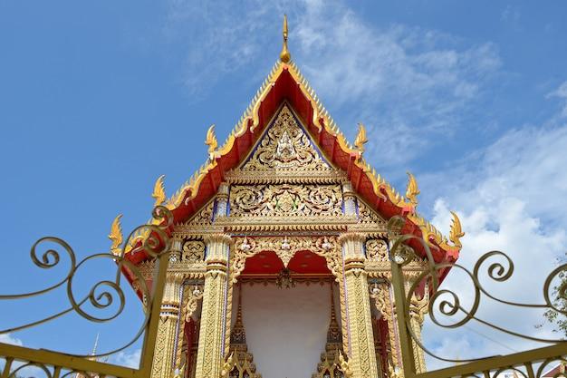 Tempeldach auf bluesky Premium Fotos