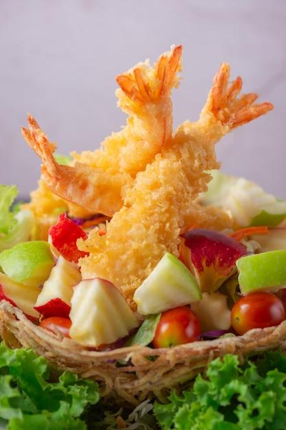 Tempura-riesige garnelen mit salat und salsa tauchen auf weiße platte ein Premium Fotos