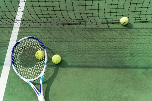 Tennisbälle auf einem tennisplatz Kostenlose Fotos