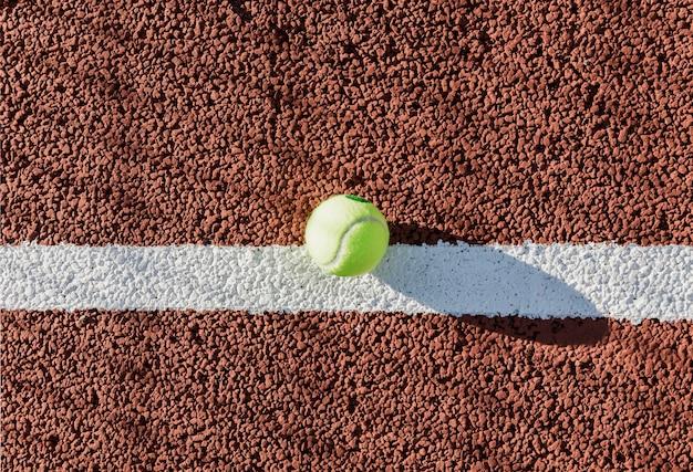 Tennisball auf draufsicht des gerichtes Kostenlose Fotos