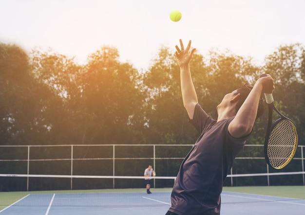 Tennismatch, das ein spieler dient Kostenlose Fotos