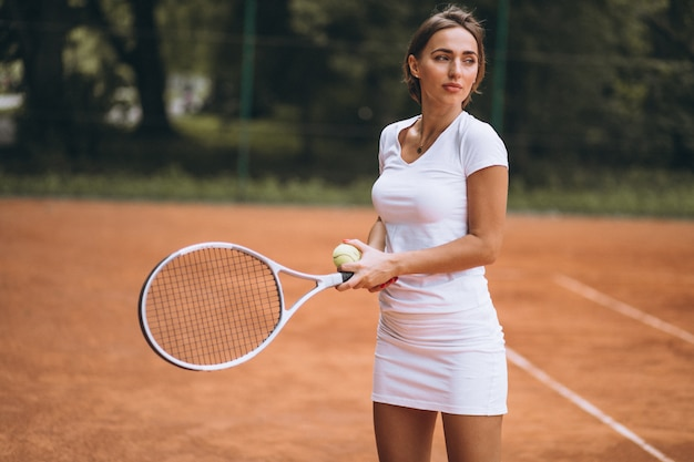 Tennisspieler der jungen frau am gericht Kostenlose Fotos