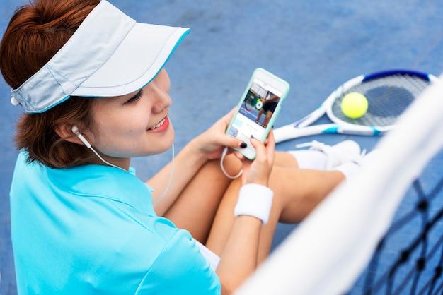 Tennisspieler, der musik hört Premium Fotos