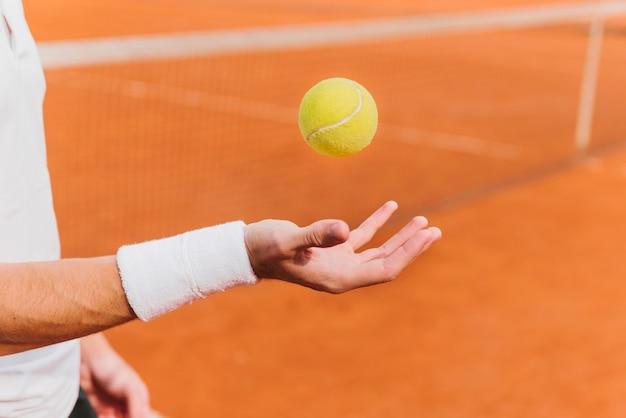 Tennisspieler, der tennisball startet Kostenlose Fotos