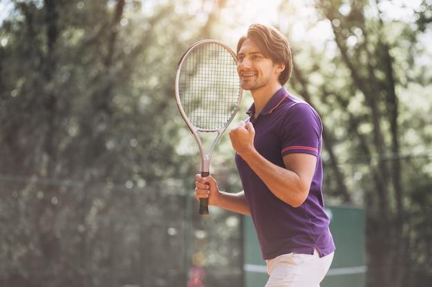 Tennisspieler des jungen mannes am gericht Kostenlose Fotos