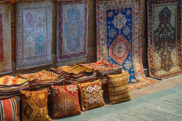 Teppichprodukte handgemacht im alten antalya in der türkei. Premium Fotos