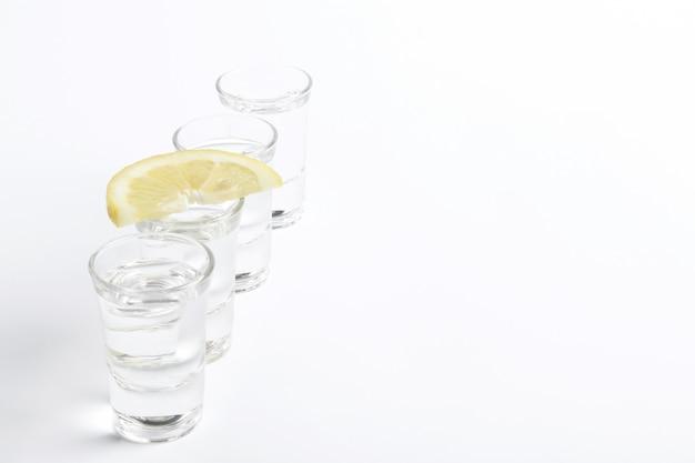 Tequila-aufnahmen mit zitronenscheibe Kostenlose Fotos