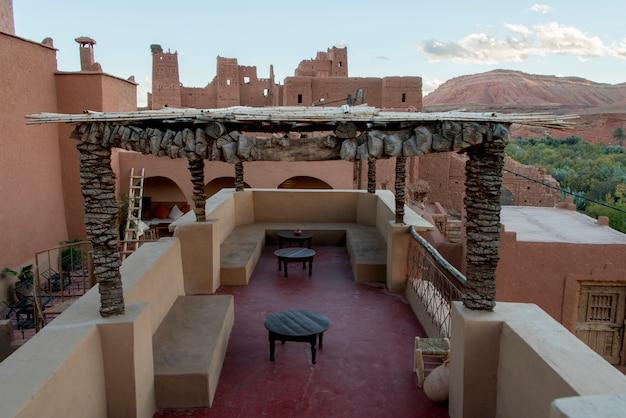 Terrasse eines hotels, kasbah ellouze, ouarzazate, marokko Premium Fotos