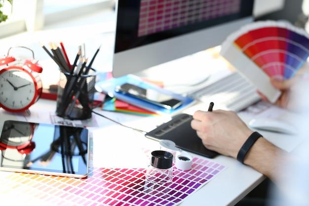 Testdruckpapierseite mit farbtestdesign-fantail und lupe Premium Fotos