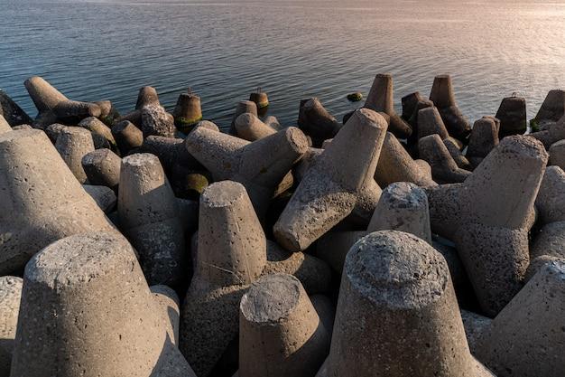 Tetrapod wellenbrecher im meerwasser. Premium Fotos