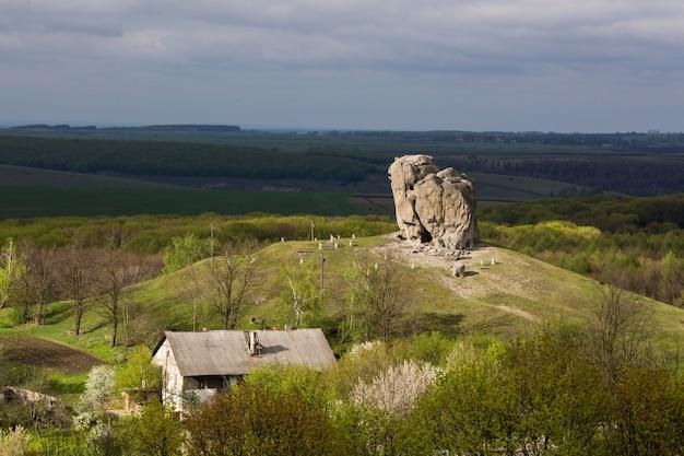 Teufelsfelsen in pidkamin, lwiw, westukraine (sommerlandschaft) Premium Fotos