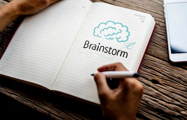 Text brainstrom auf einem notebook Premium Fotos