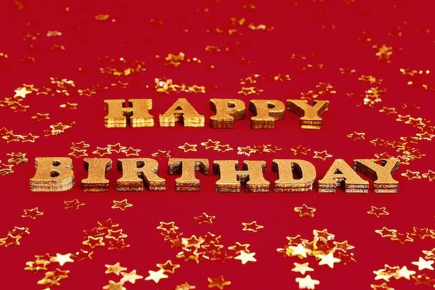 Text herzlichen glückwunsch zum geburtstag aus goldenen buchstaben gelegt. konfetti mit goldenen sternen. Premium Fotos