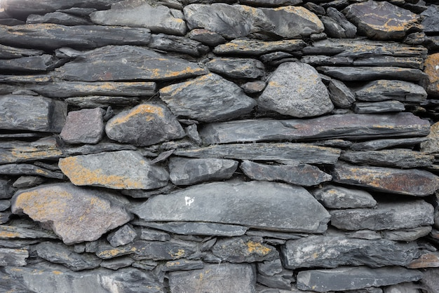 Textur von alten steinen verschiedener größen und formen, die übereinander liegen. alte mauer Premium Fotos