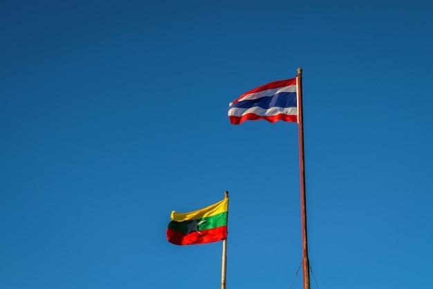Thai-birmanische flagge Premium Fotos