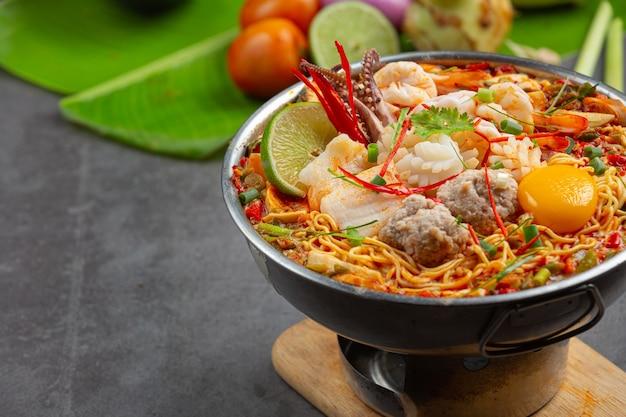 Thai essen. nudeln würzig kochen mit meeresfrüchten und schweinefleisch im heißen topf Kostenlose Fotos