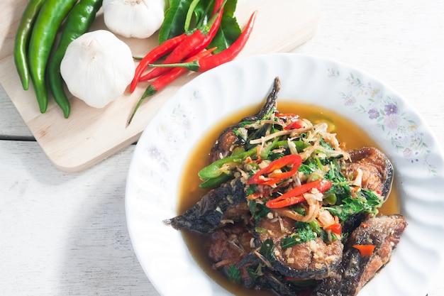 Thai essen würzige katze fisch mit gemüse (pla duk pad ped) Premium Fotos