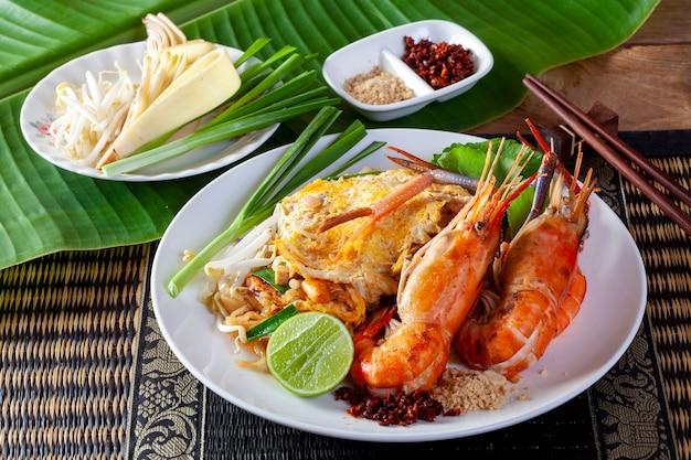 Thai gebratene nudeln mit garnelen (pad thai) Premium Fotos