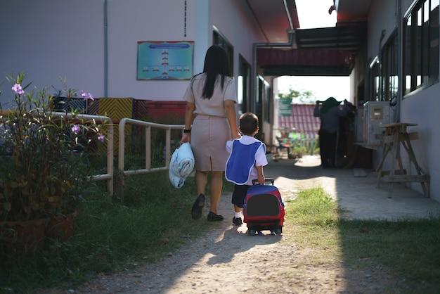 Thai-lehrer schickte ihren sohn zurück in die schule Premium Fotos
