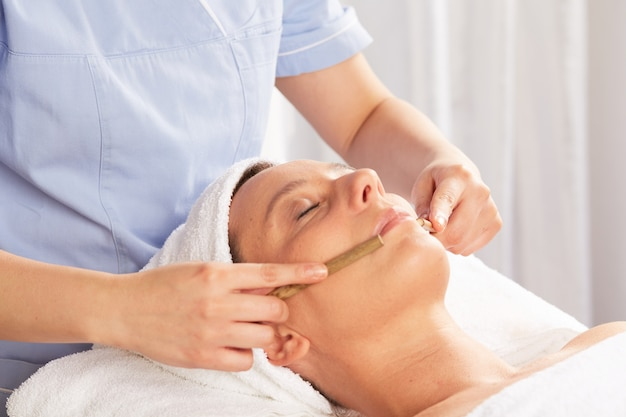Thai-massage mit bambusstöcken Premium Fotos