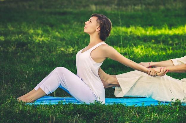 Thai-massage mit yoga-übungen Premium Fotos