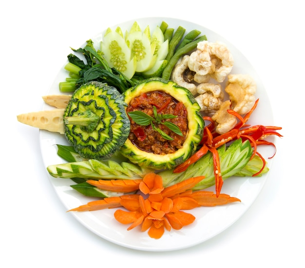 Thaifood-nordartschweinefleisch und tomatenmarkpaprika würzig mit knusperigem schweinefleisch und vagetable. thailändische küche, thaispicy gesundes lebensmittel oder draufsicht dietfood lokalisiert Premium Fotos