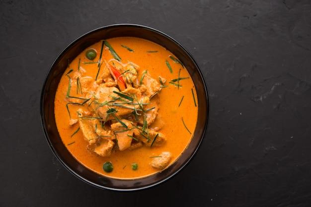 Thailändische art rotes curry mit rindfleischmenü oder thailändischem namen ist panaeng neur. Premium Fotos