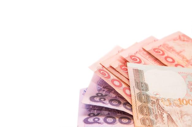 Thailändische banknoten und münze zum speichern auf weißem hintergrund Premium Fotos