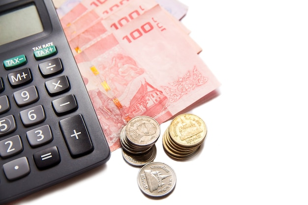 Thailändische banknoten und taschenrechner auf leerraum Premium Fotos